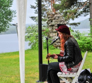 Cajsa Färlin underhåller med sång och musik