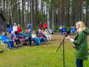 Johanna Bakke underhåller med egna sånger